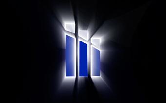 影に反射するロゴ