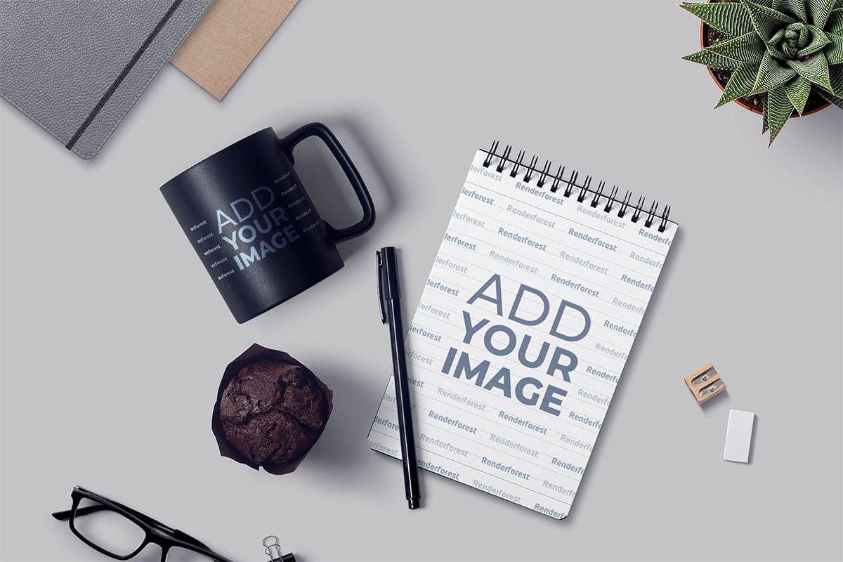 مفكرة ذات سلك تثبيت لولبي وقلم وكوب على المكتب