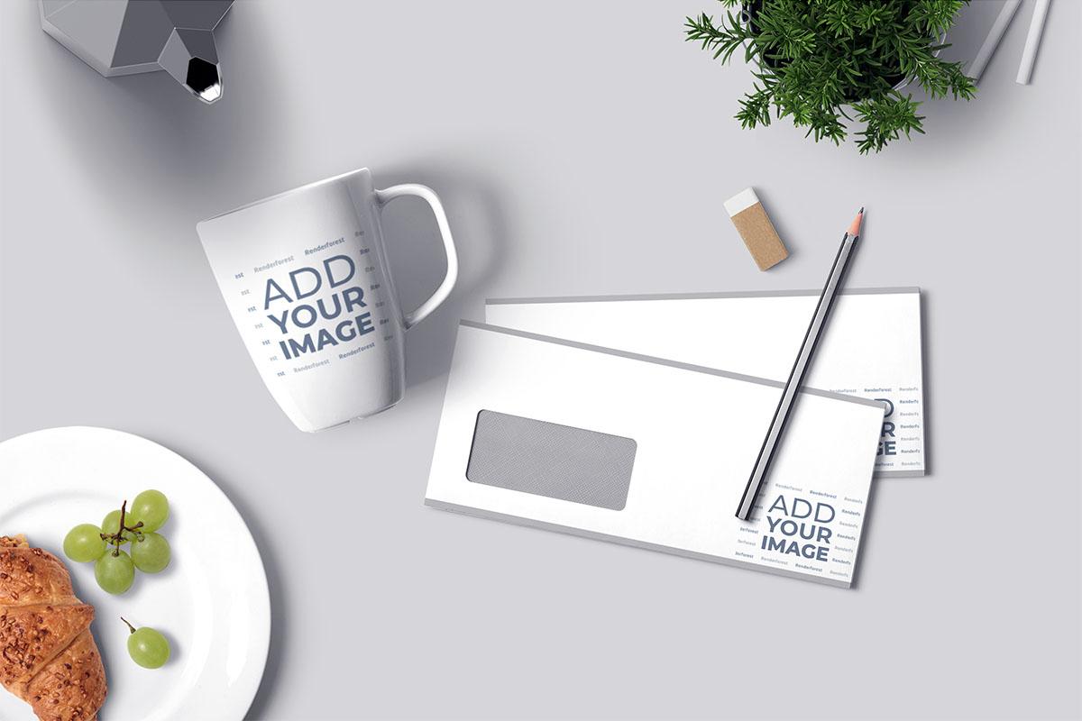 كتيبات أفقية مع قلم وكوب على مكتب
