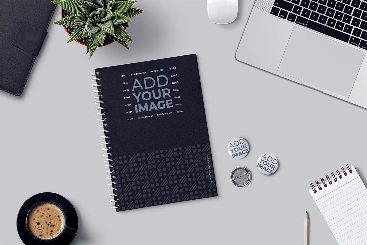 Cuaderno y bloc de notas, pines y materiales de oficina sobre un escritorio
