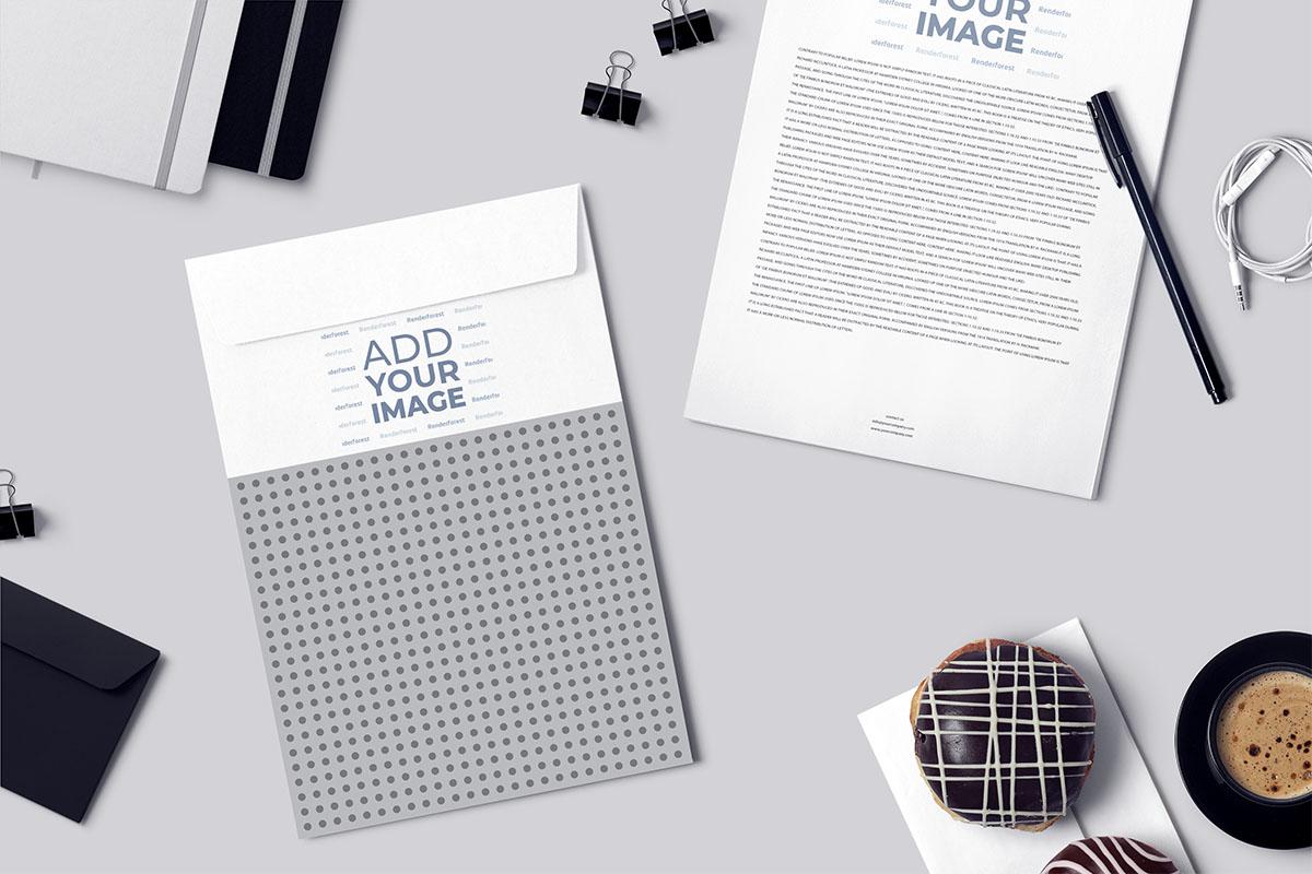 Envelope A4, panfleto comercial e caneta sobre a mesa