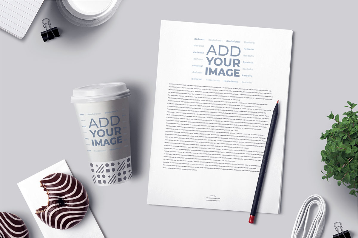 Panfleto comercial, lápis e copo de papel sobre a mesa