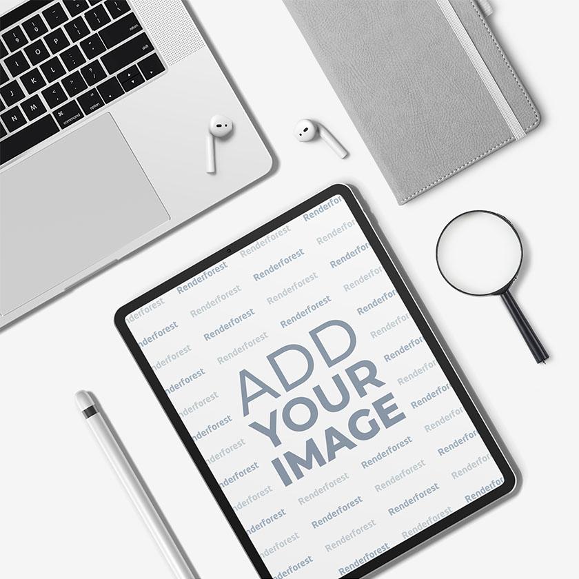 iPad Pro, iPencil y AirPods sobre un escritorio