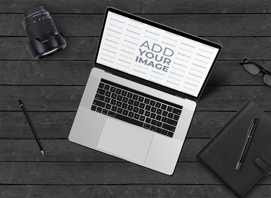 Ноутбук и Объектив на Черном Деревянном Фоне