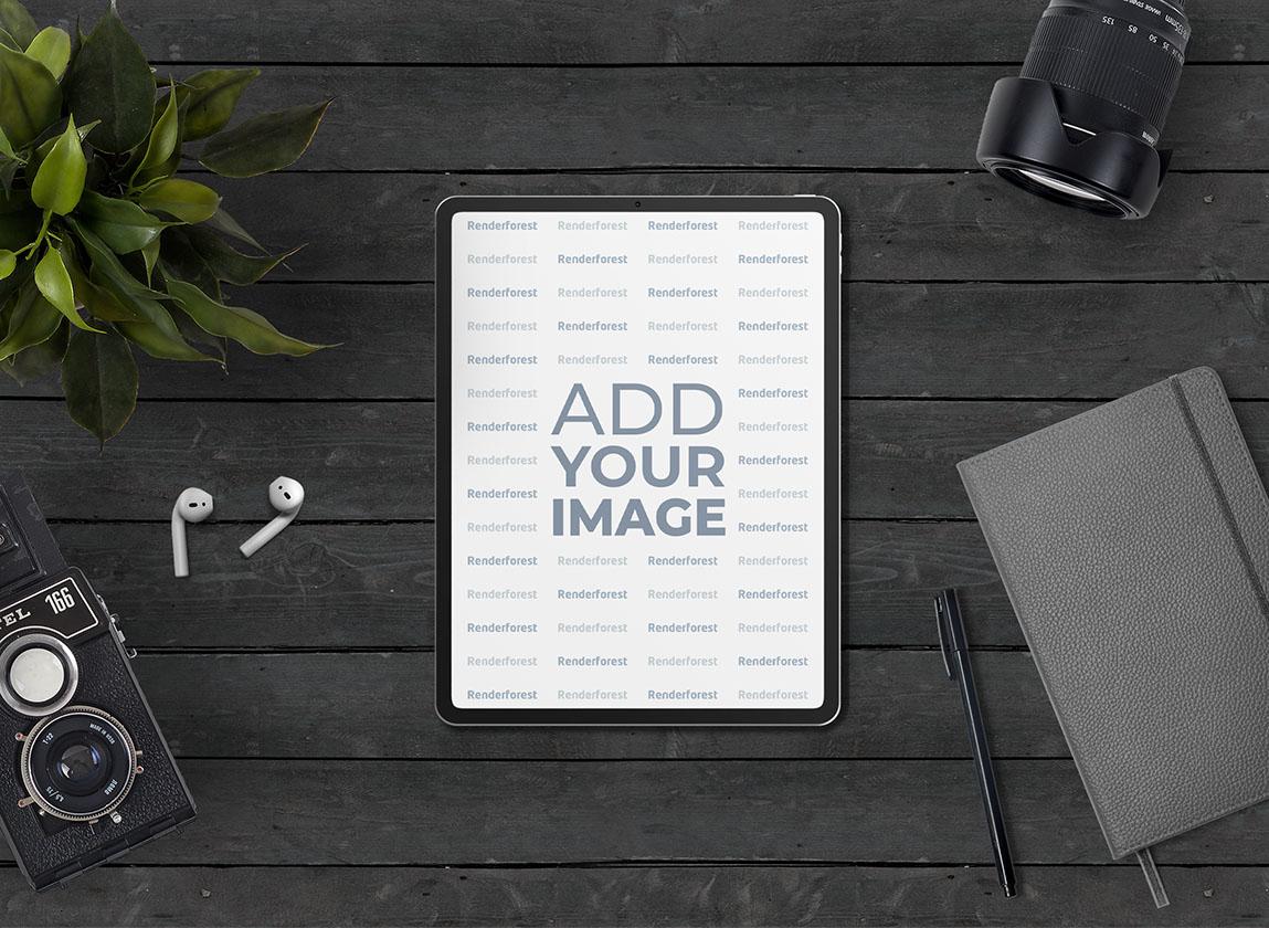 iPad Pro und AirPods auf dem Schreibtisch eines Fotografen
