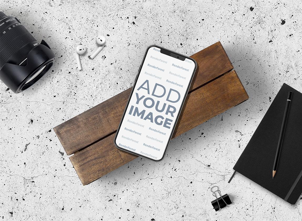 iPhone und AirPods auf dem Schreibtisch eines Fotografen