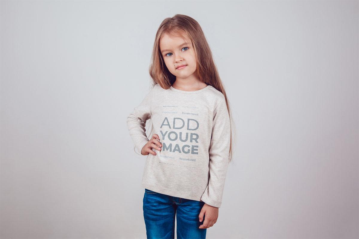 Düz Arkaplan Önünde Küçük Kız