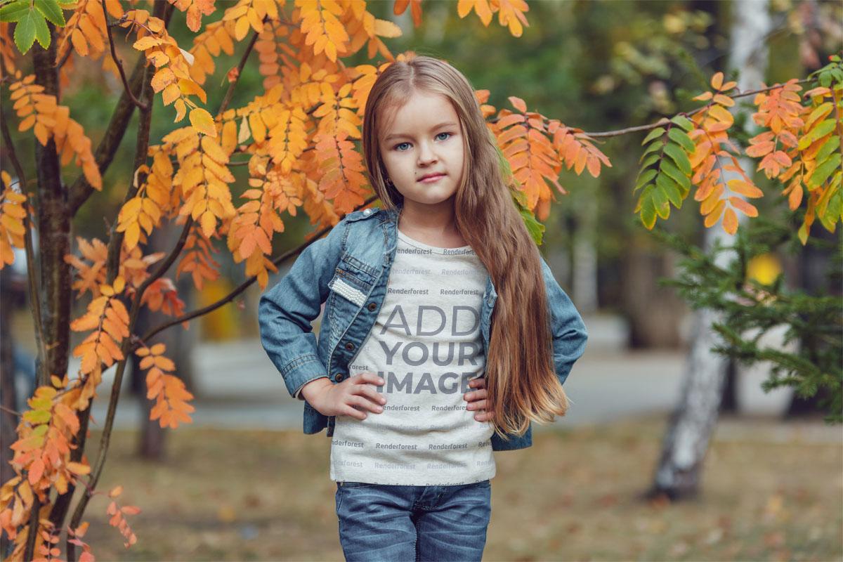 Sonbaharda Ağacın Yanında Küçük Kız