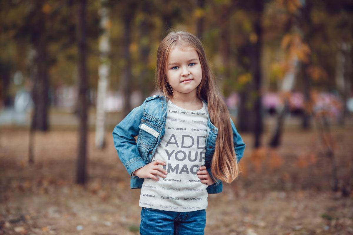 Sonbaharda Ağaçların Yanındaki Küçük Kız
