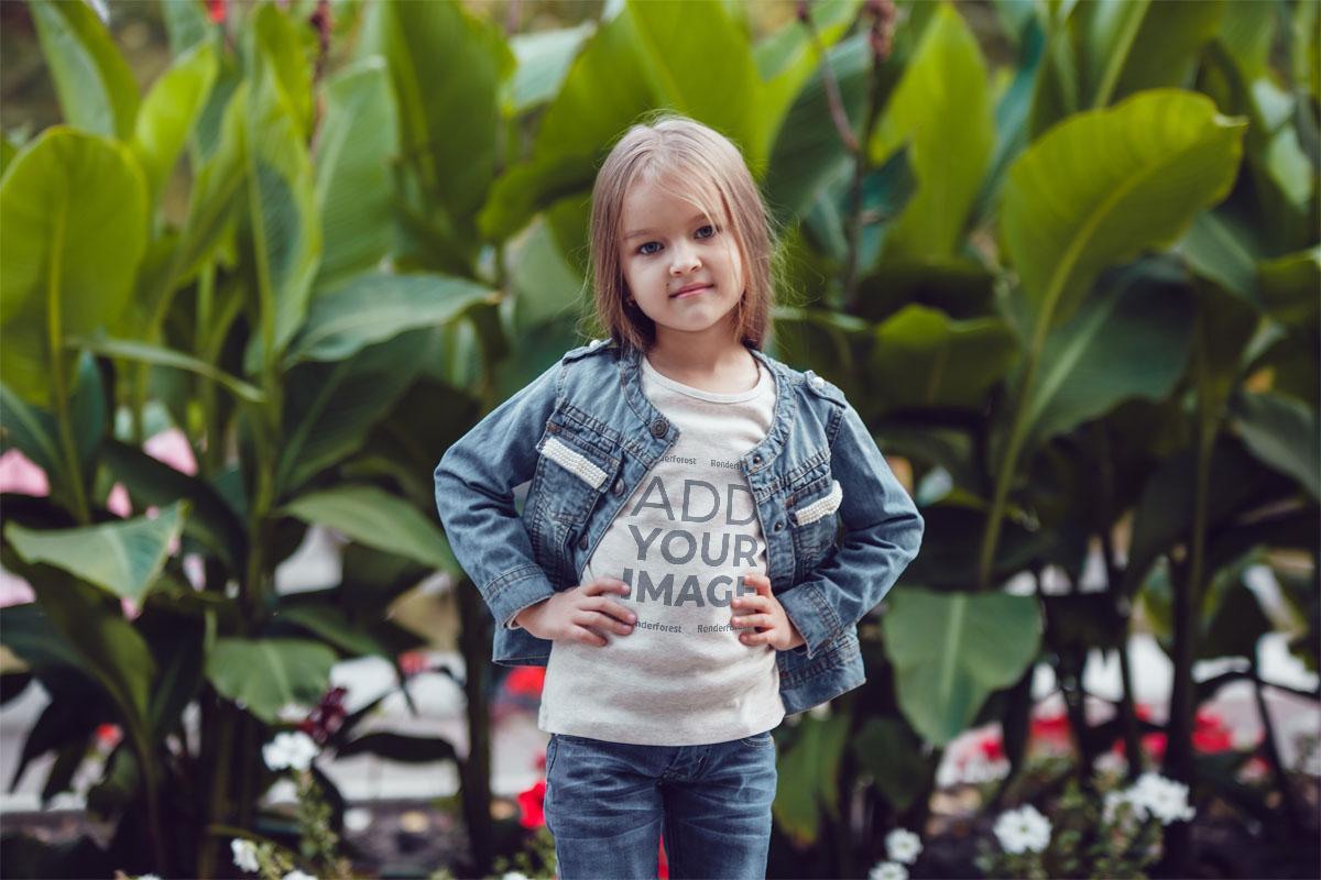 Büyük Bitkiler Üzerinde Duran Küçük Kız