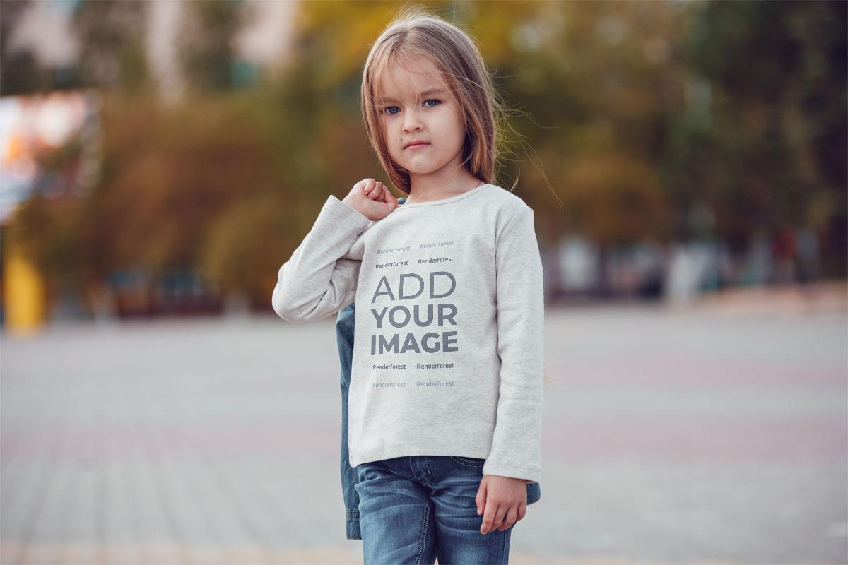 Sonbahar Arka Planında Küçük Kız