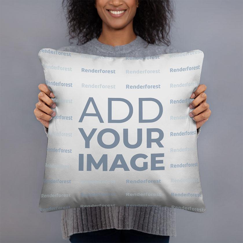 امرأة تحمل وسادة مربعة