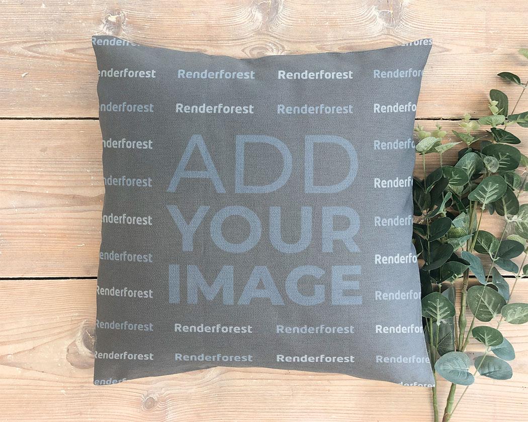 وسادة مع نباتات على خلفية خشبية