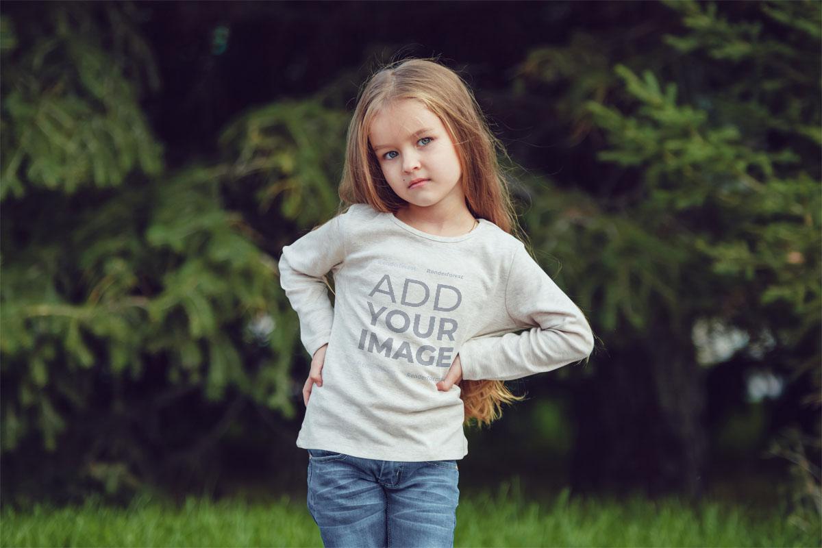 Parkta Poz Veren Küçük Kız