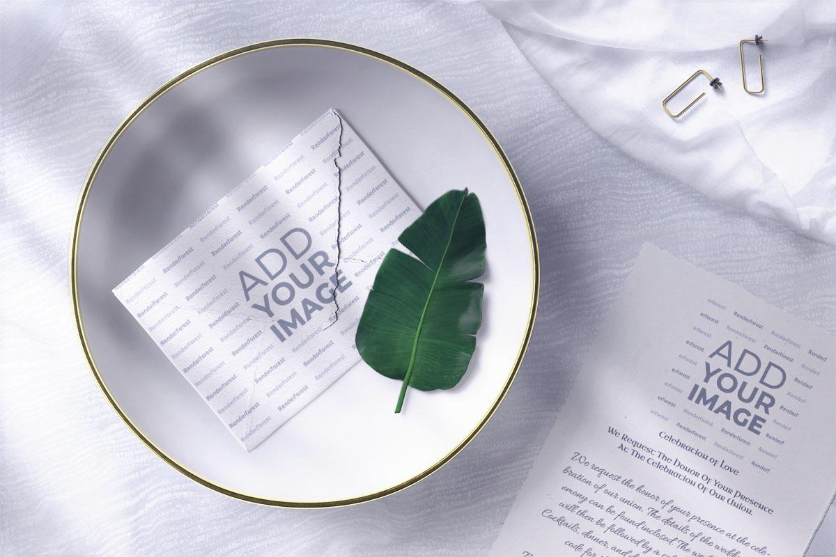 皿に封筒を付けた結婚式の招待状