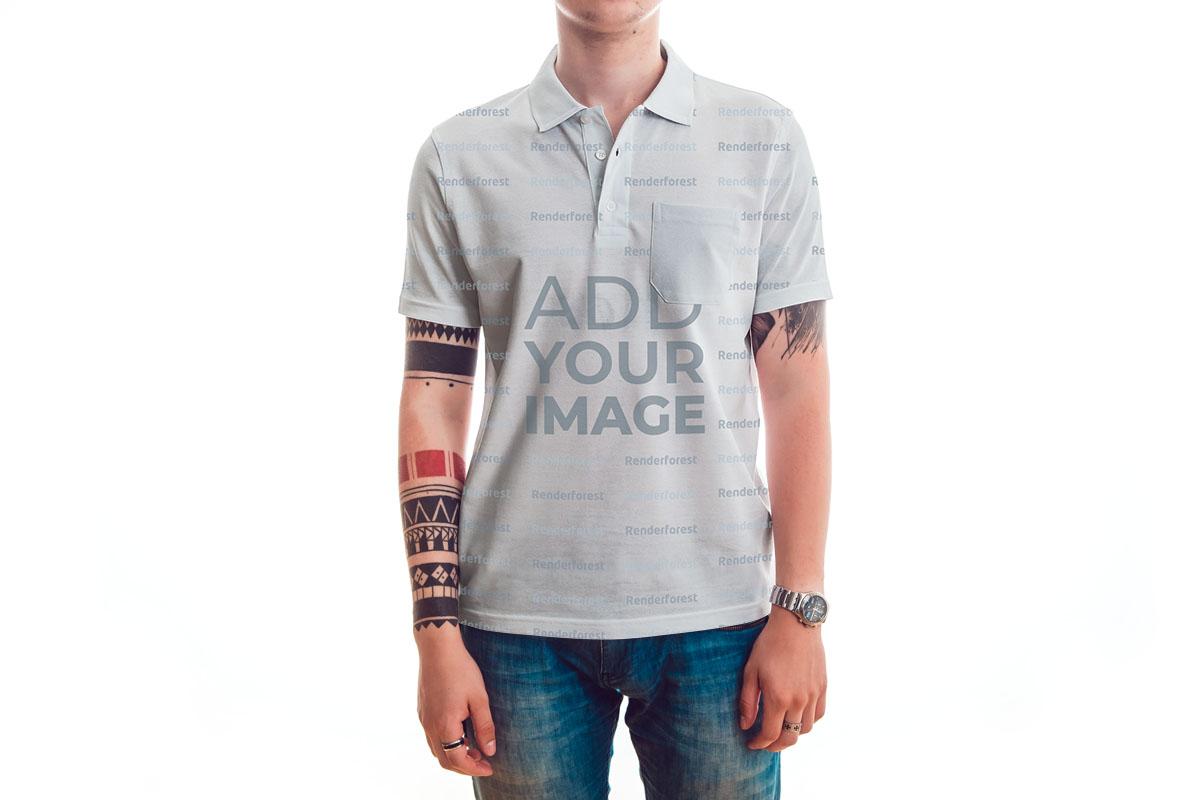 抽象的なポロシャツを着ているタトゥーの入った男性