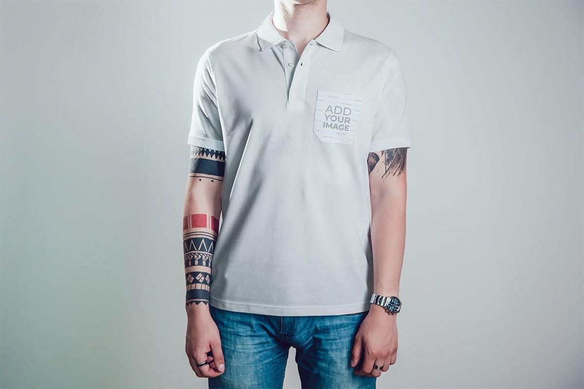 カジュアルなポロシャツを着ているタトゥーの入った男性