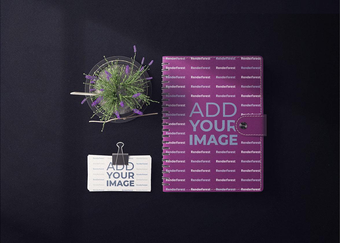 Carnet de croquis avec des cartes de visite et un pot de fleurs