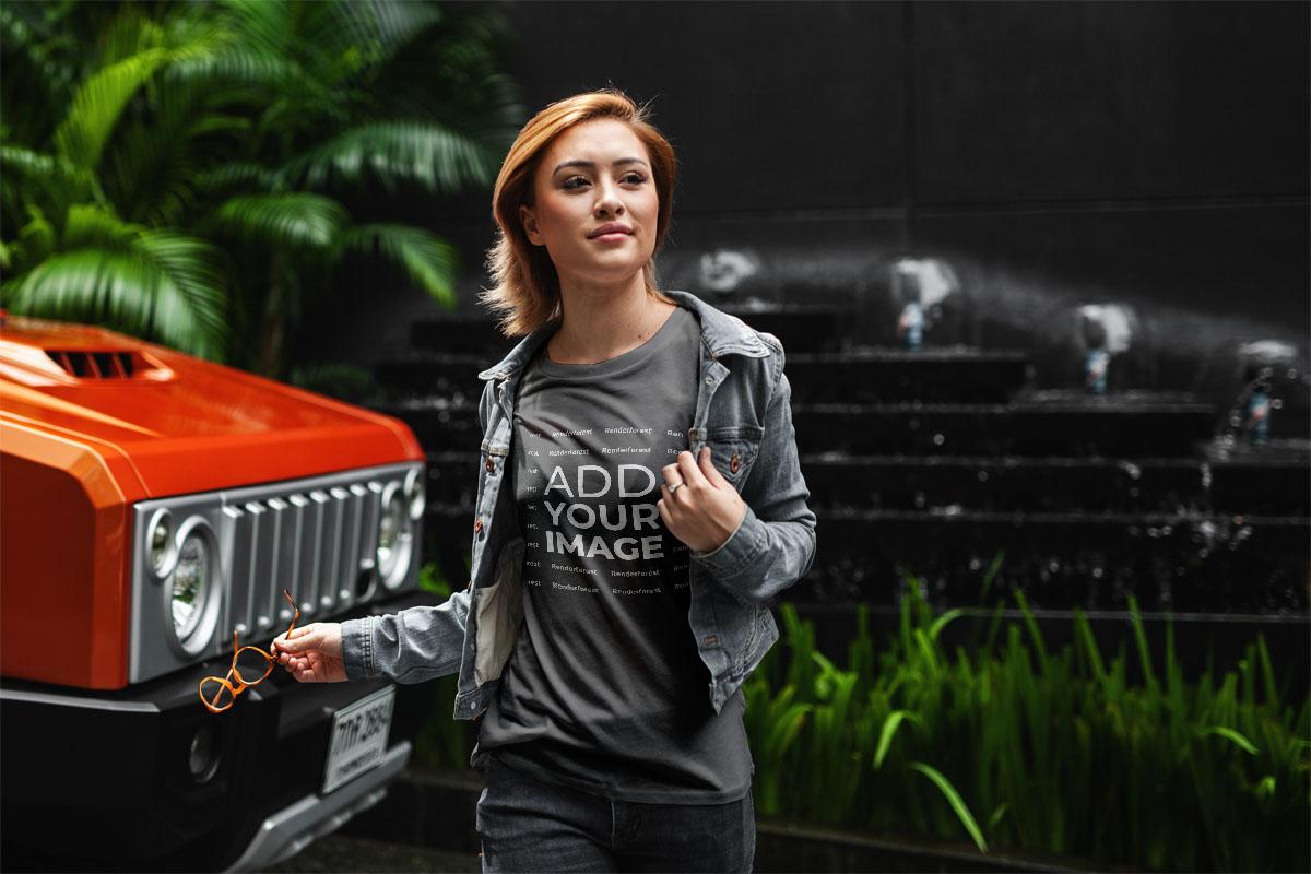 Moça em Pé do Lado de um Carro