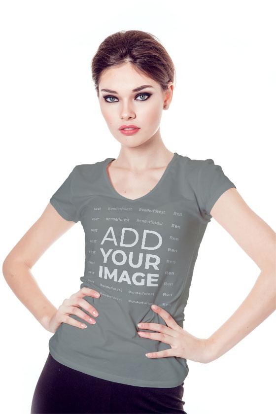 Charmantes Model mit V-Ausschnitt-T-Shirt