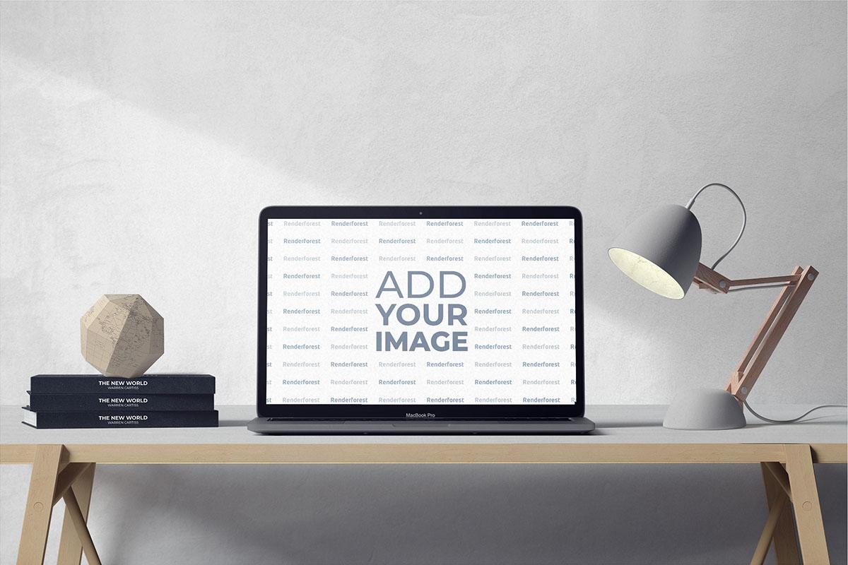 Laptop mit einer Lampe und Büchern auf einem Schreibtisch