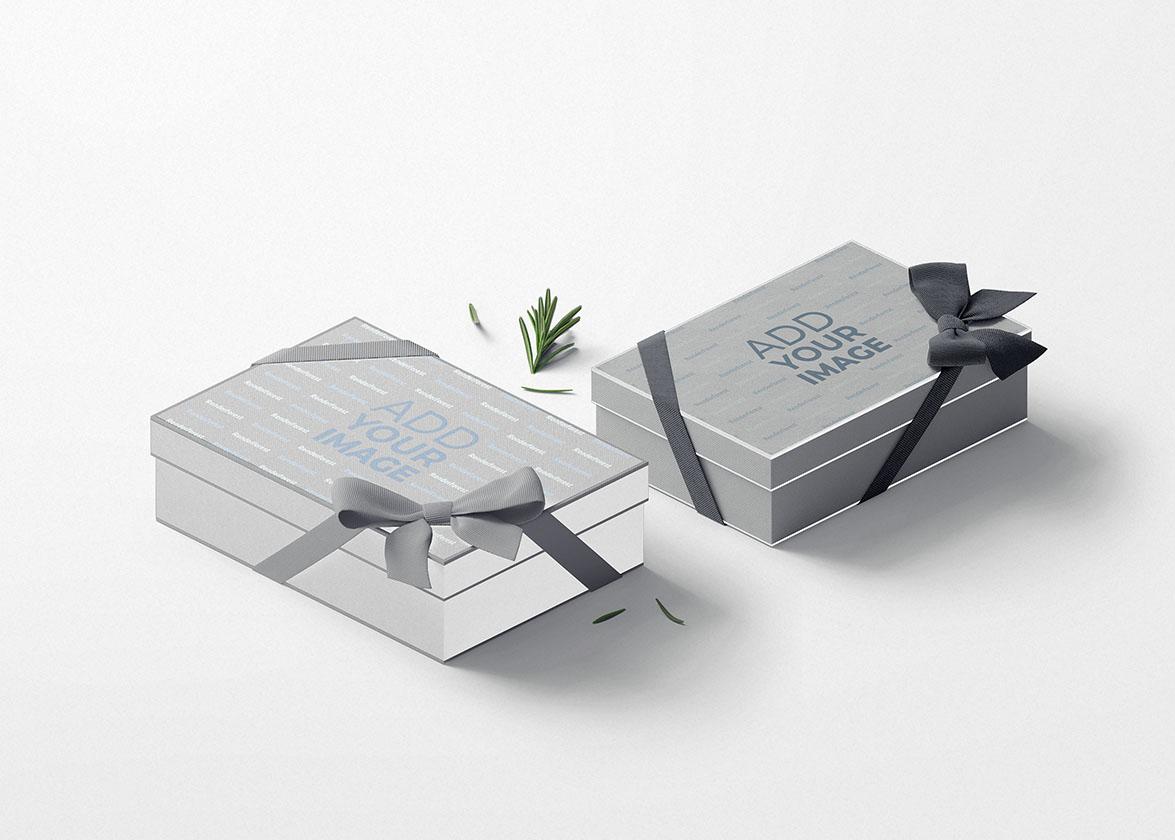 صندوقا هدايا مربوطانبأشرطة منحنية
