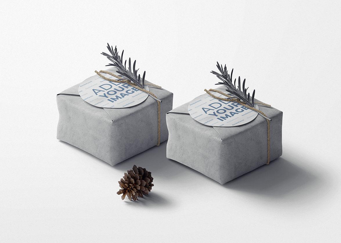 Две подарочные коробки с новогодними украшениями