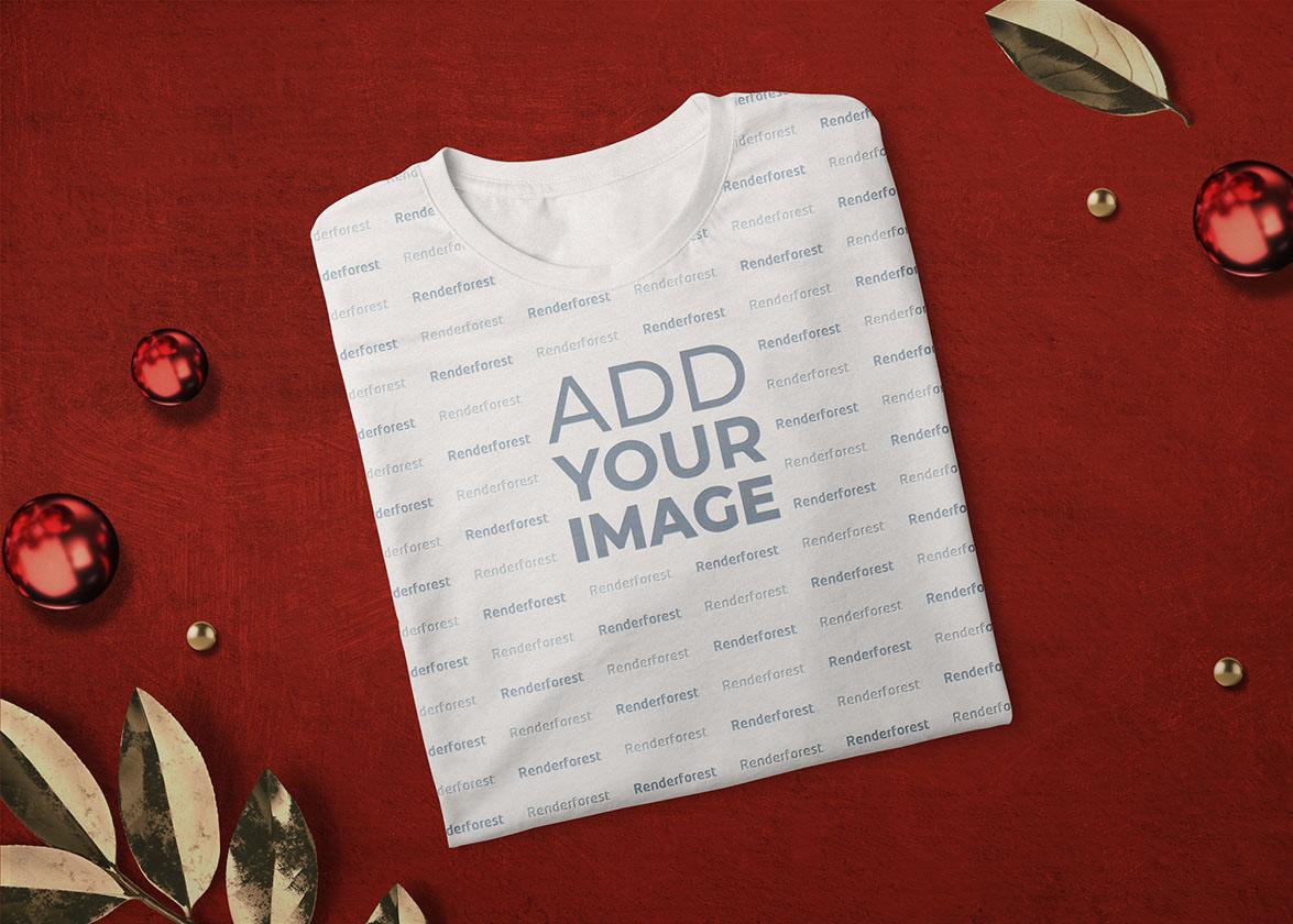 Сложенная футболка на новогоднем фоне