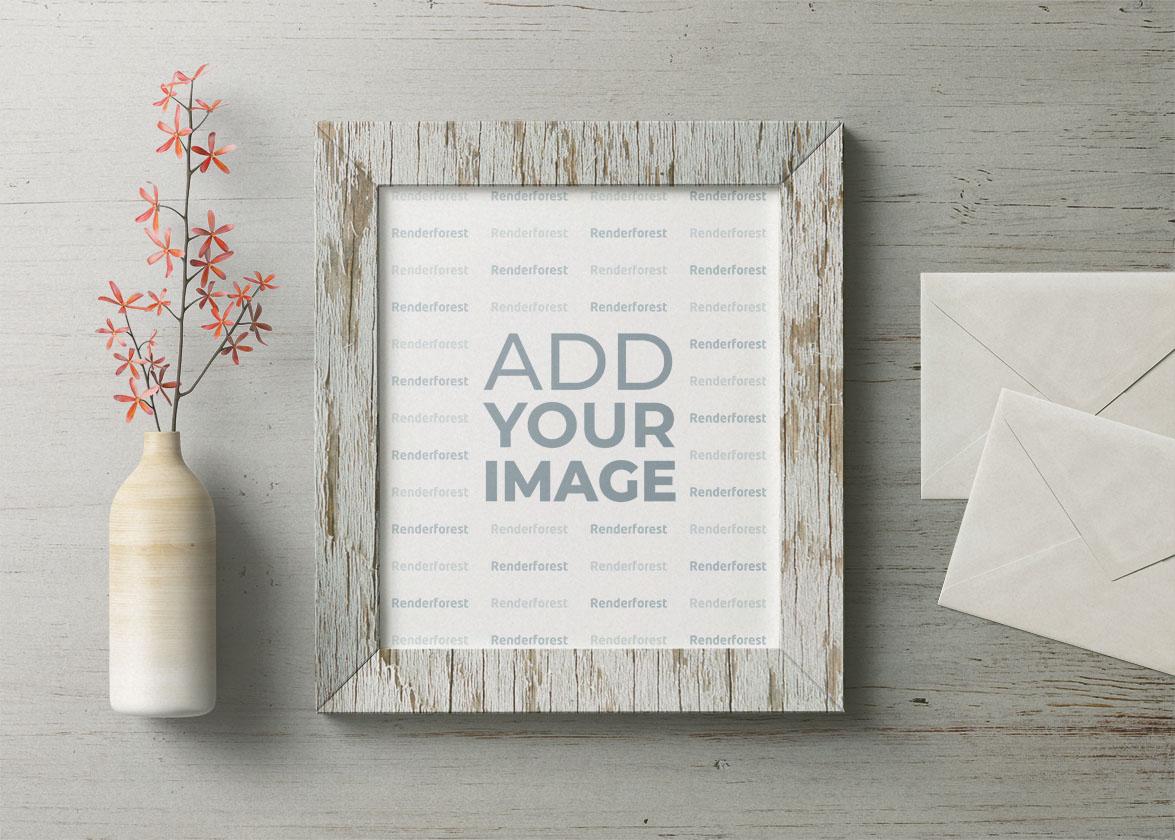 Cadre en bois, enveloppes et vase à fleurs