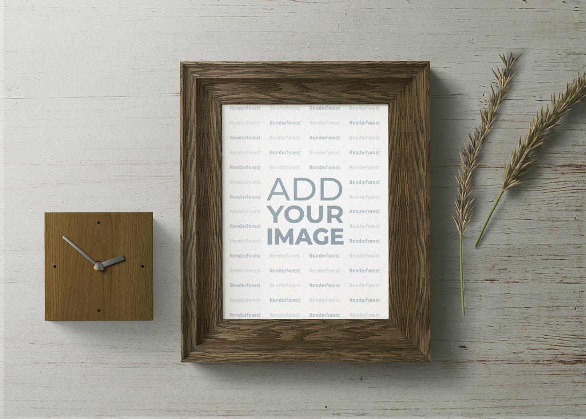 Cadre en bois, une horloge en bois et des plantes sèches