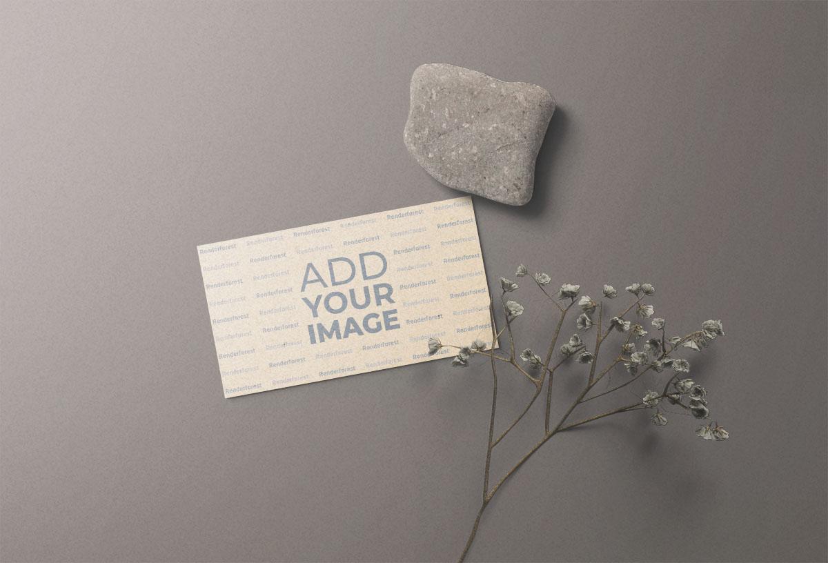 بطاقة عمل مع حجر وزهور جافة