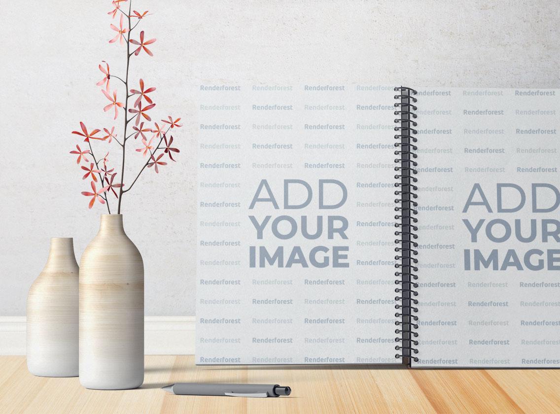 Cuaderno de bocetos con espiral abierto junto a un florero