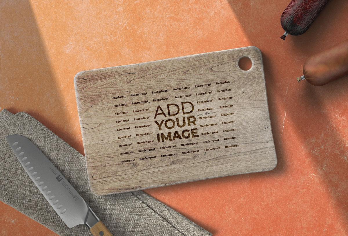 Logo sobre una tabla de cocina de madera junto a fiambres