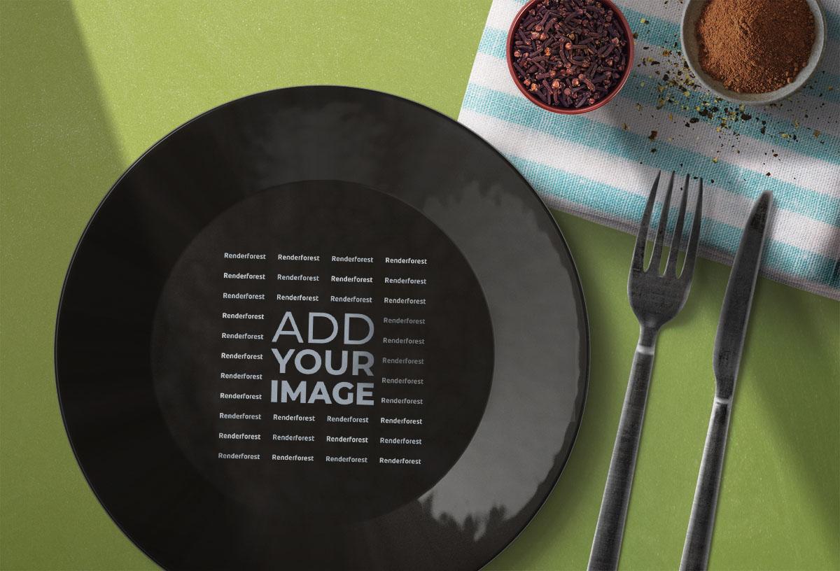 Logo sobre un plato junto a cubiertos y especias