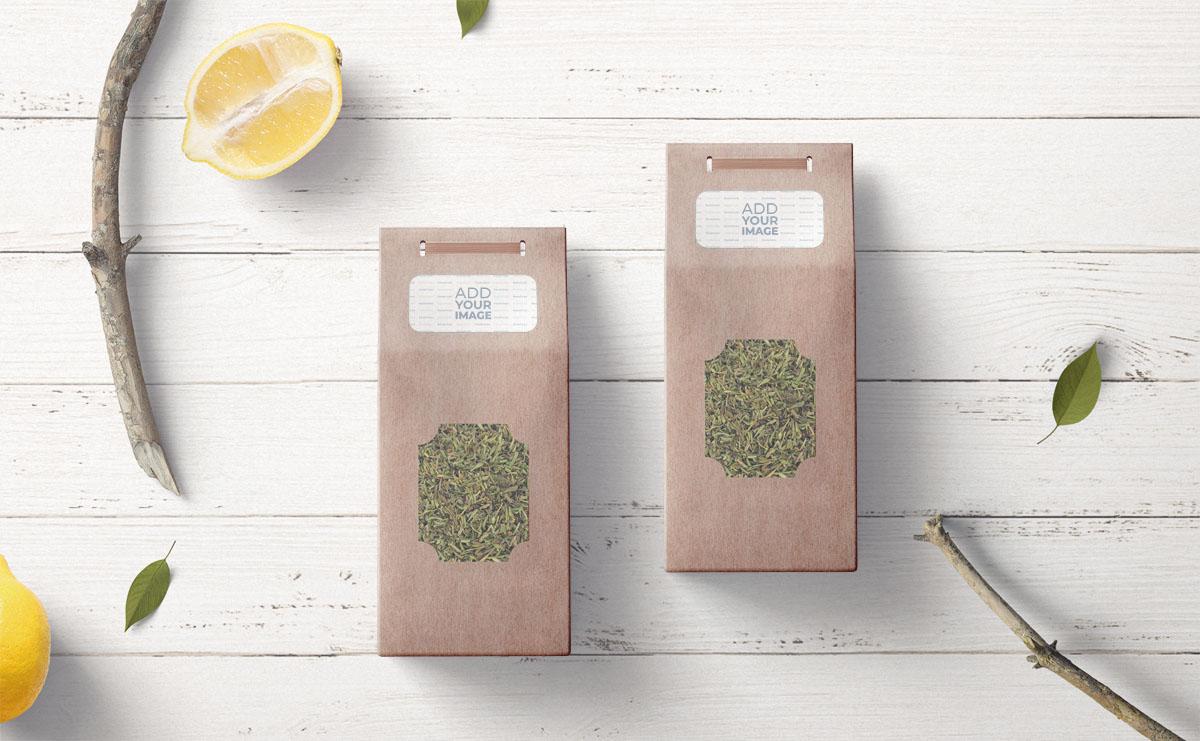 Dois Pacotes de Chá em um Fundo de Madeira