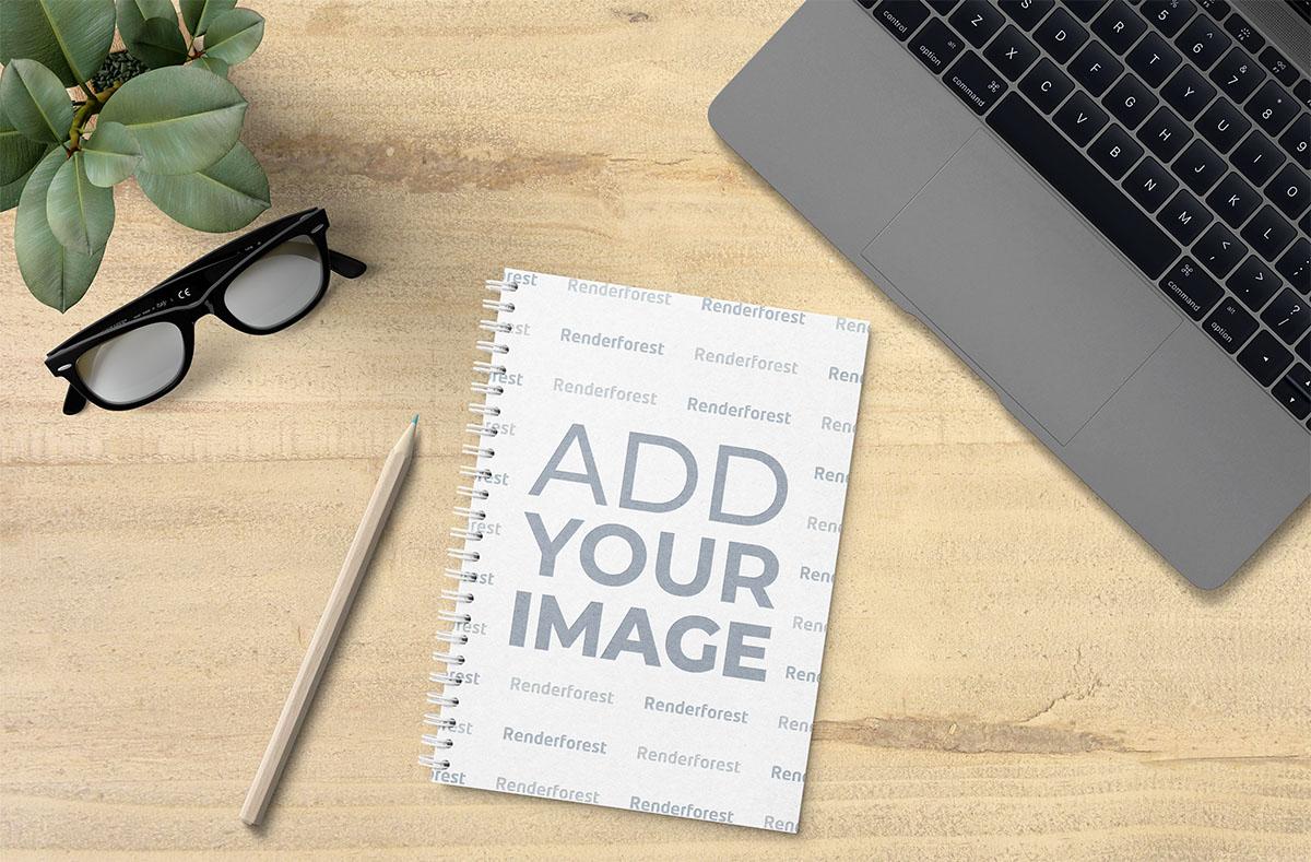 Cuaderno de bocetos con espiral sobre un escritorio ecológico