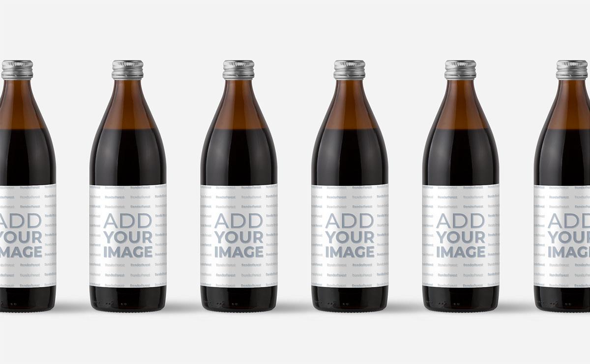 Plusieurs bouteilles en verre sur une surface beige