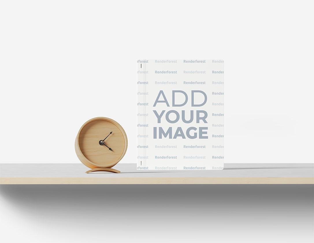 Блокнот в твердой обложке и деревянные часы