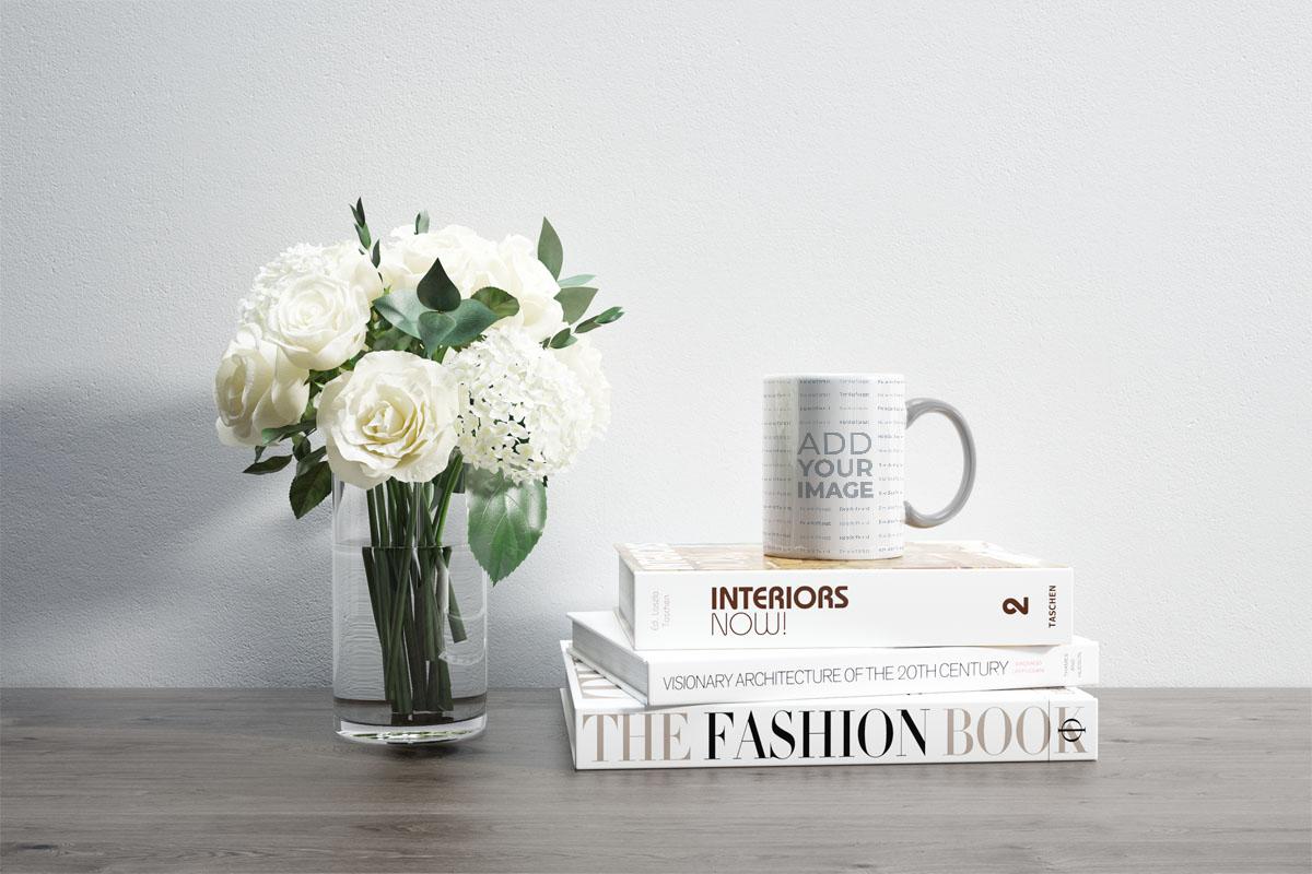 Flores y una taza sobre libros