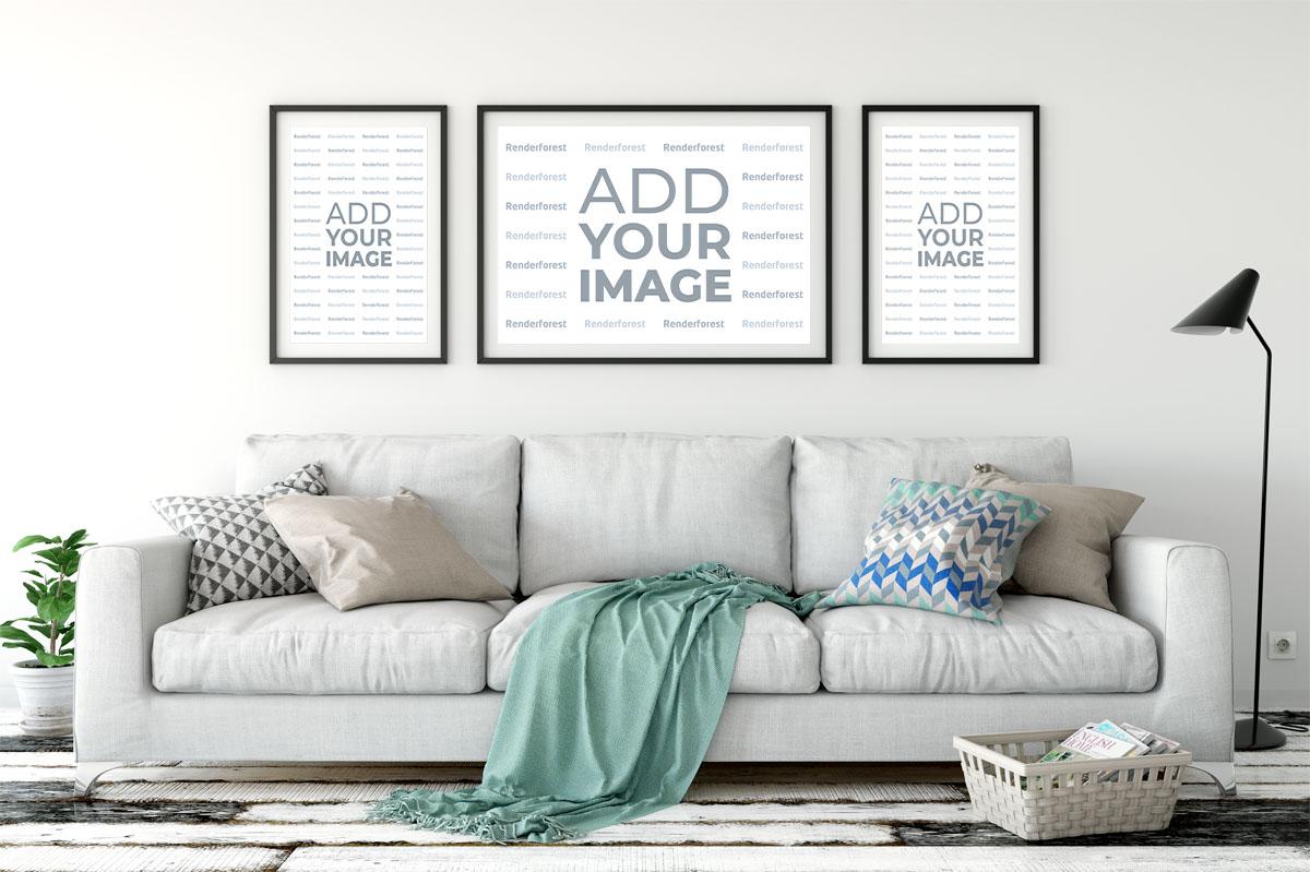 Drei Rahmen, die über einem eleganten Sofa hängen