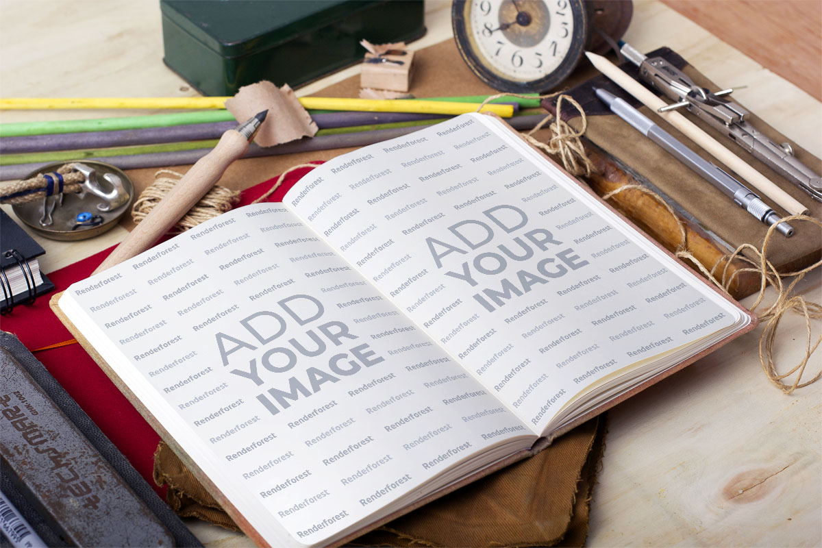 Cuaderno de bocetos en un escritorio artístico de madera