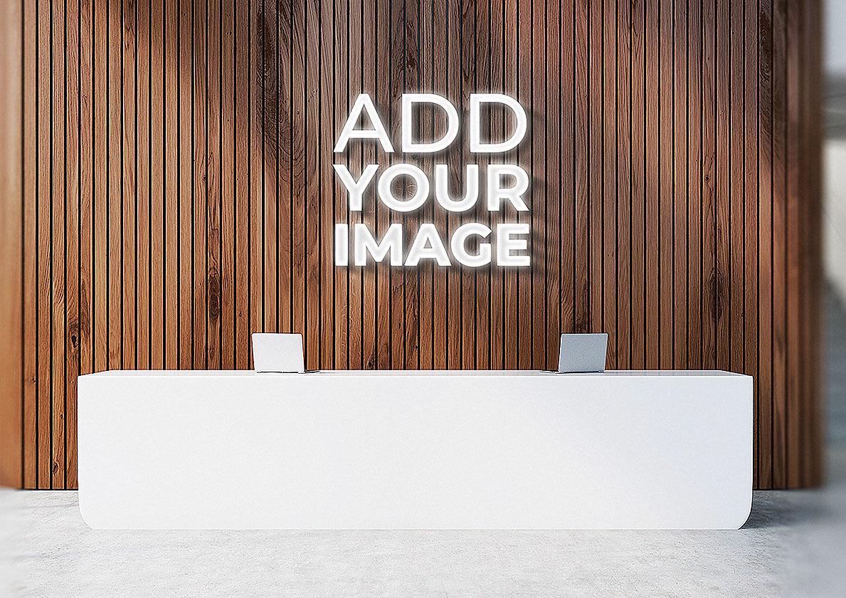 3D-логотип на стене над ресепшеном