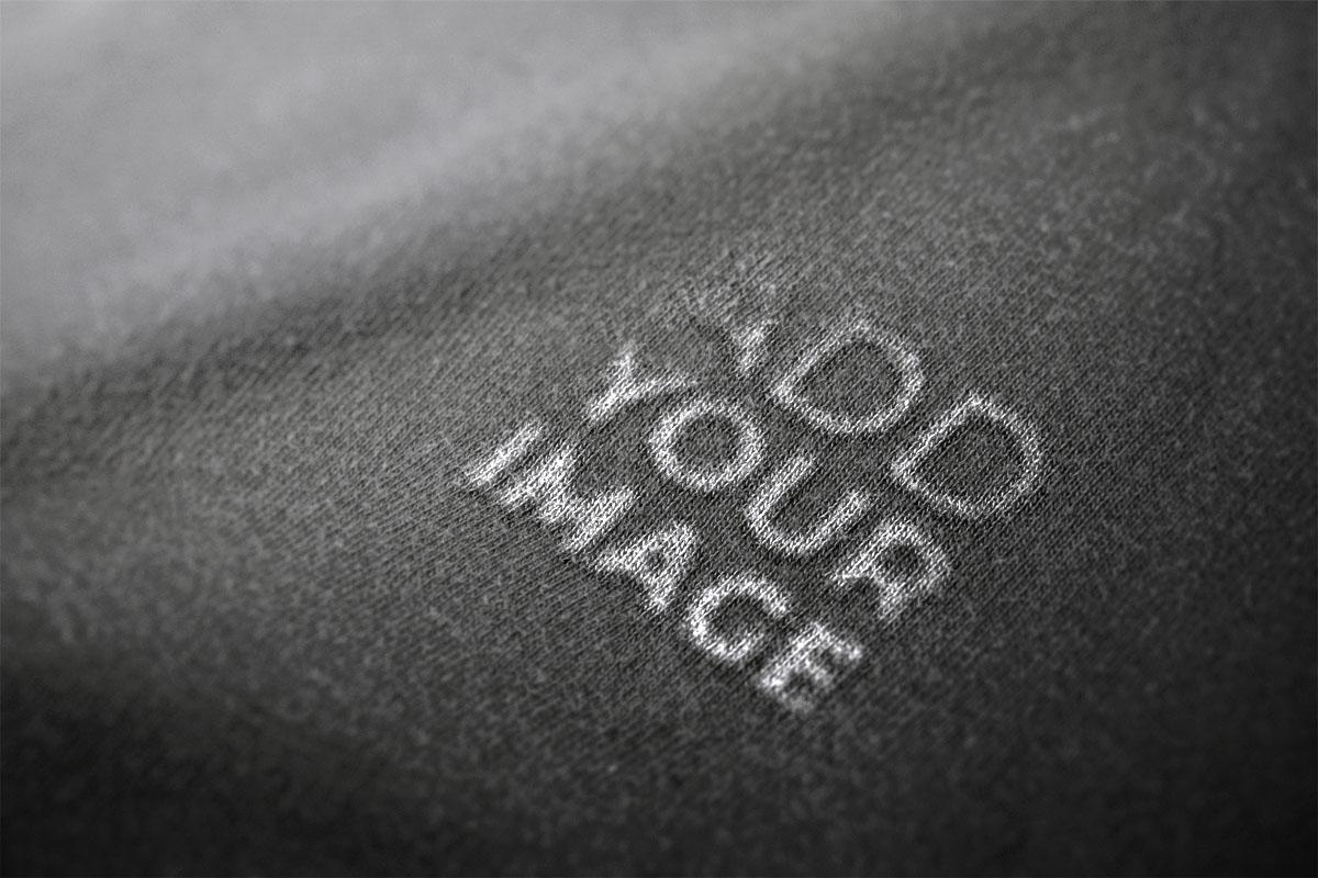 Logotipo em uma Tecido Preto