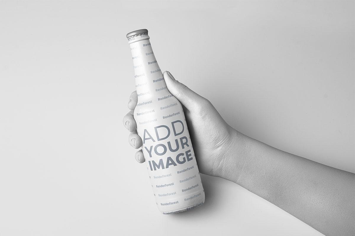 Hand hält eine Flasche