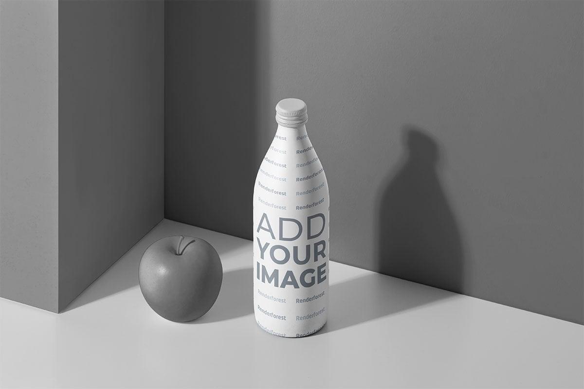 Botella al lado de una manzana