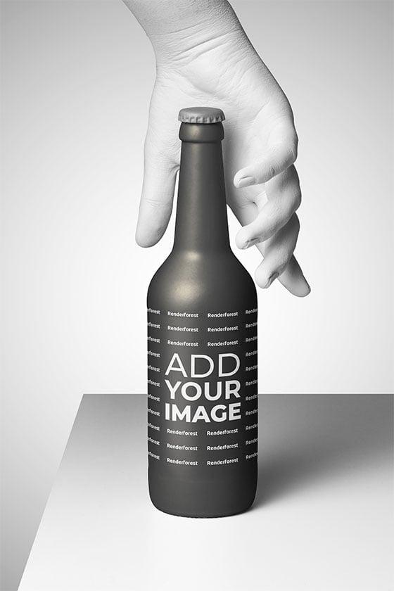 يد تمسك بعنق زجاجة