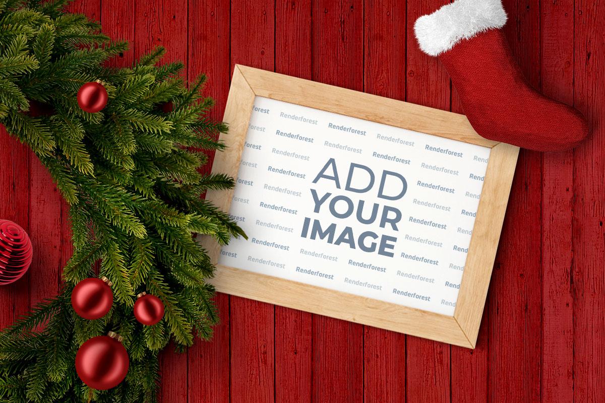 Corona navideña y un marco de fotos
