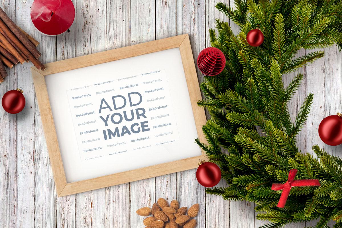 Marco de fotos y una guirnalda navideña