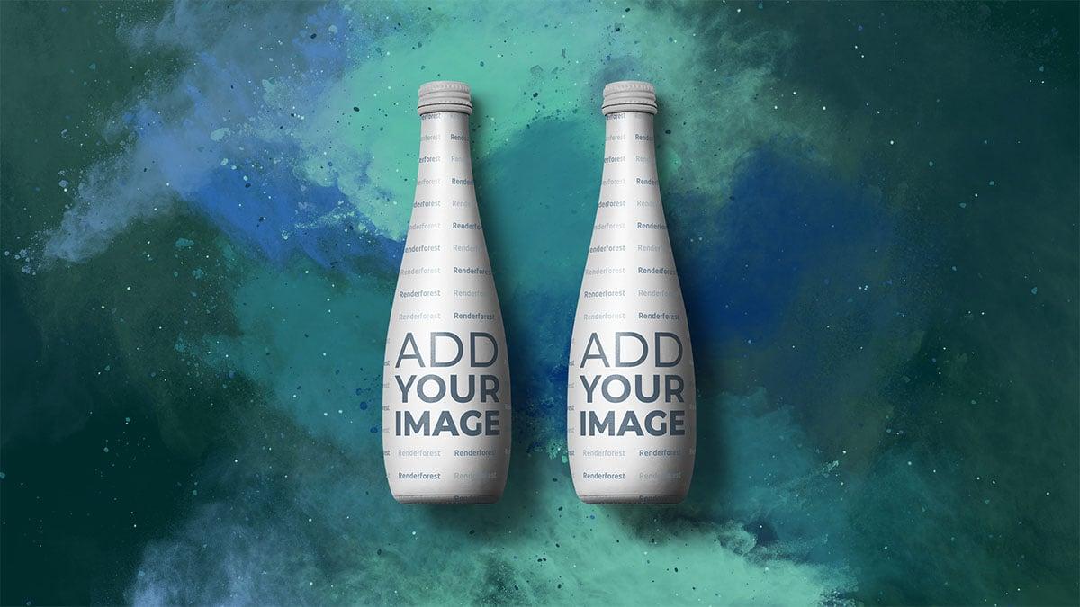 Likörflasche vor farbenfrohem, rauchigem Hintergrund